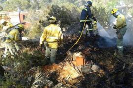 Un incendio en Cala Tarida, cerca de convertirse en tragedia