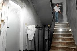 Alarma en Sant Antoni al arder un sofá en la planta baja de un edificio