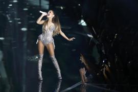 Ariana Grande actuando en los VMA