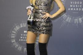 Ariana Grande con su premio