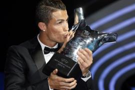 Cristiano recibe el premio al mejor jugador europeo del año