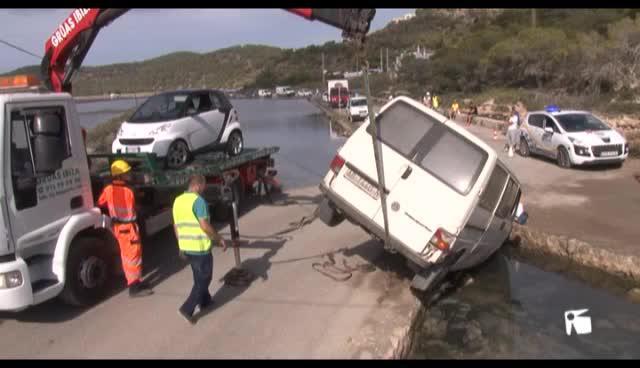 VÍDEO: Una mujer de 36 años, en estado crítico tras caer con su vehículo a un estanque