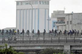 Unos 250 inmigrantes intentan acceder a Melilla y 15 lo consiguen