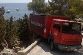 Un camión se sale de la carretera en Es Cubells