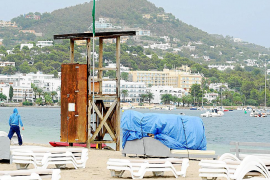 Vila iza la bandera verde en  la playa de Talamanca