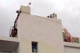 Dos turistas heridos tras romperse el cable de su 'parasailing' y acabar en la azotea de un hotel