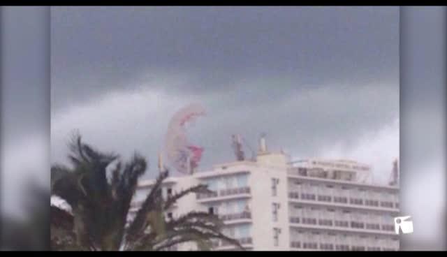 VÍDEO: Dos turistas heridos tras romperse el cable de su 'parasailing' y acabar en la azotea de un hotel