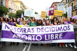 Miles de mujeres celebran la retirada de la ley del aborto en Madrid