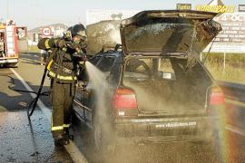 Espectacular incendio de un vehículo mientras circulaba por la E-20
