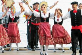 Las coreografías turcas triunfan a golpe de espada en la Mostra Folklòrica