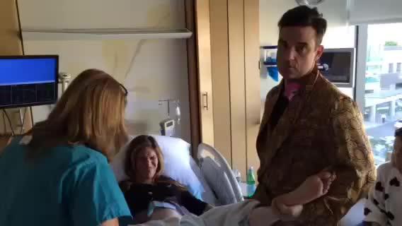 Robbie Williams publica un vídeo cantando mientras su mujer da a luz