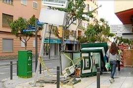 Un conductor ebrio causa un accidente y tumba un puesto de la ONCE en Vila