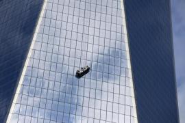 Dos limpiacristales quedan suspendidos de la torre del World Trade Center