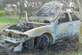 Queman dos coches y roban 500 euros de un ferry de línea en La Savina