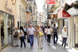 Gente de compras por los comercios del Centro de Palma.