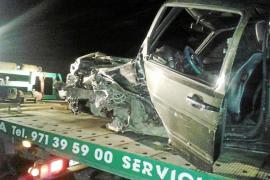 Espectacular accidente entre dos coches en la carretera de Sant Miquel
