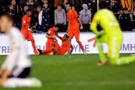 Busquets doblega a un gran Valencia en la última jugada del partido