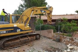 Las máquinas han iniciado el derribo de la mansión ilegal de Puig d'en Serra