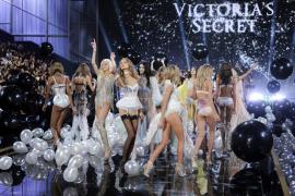 Varias modelos presentan los diseños de la marca Victoria's Secret durante el desfile celebrado el Fashion Show del centro Earls