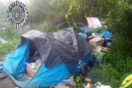 Sant Antoni retira 2.500 kilos de basura de un solar ocupado