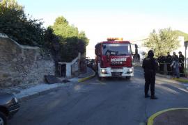Los bomberos sofocan un pequeño fuego y rescatan un gato de un pozo en Santa Eulària