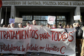 Los afectados por la hepatitis C se manifiestan ante Sanidad