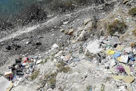 Vila lamenta las dificultades que tienen para instalar un vallado en Sa Penya que impida los vertidos