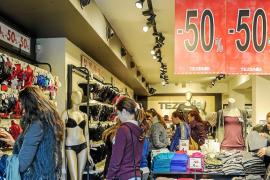 Los comercios pitiusos arrancan las rebajas con optimismo y descuentos de hasta el 50%