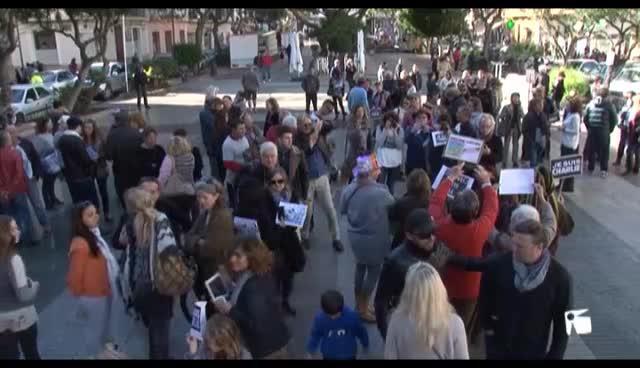 VÍDEO: Más de 200 personas se concentran en Vara de Rey por la paz y contra el fanatismo