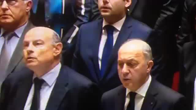 El Parlamento francés improvisa La Marsellesa en honor a las víctimas de París