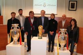 El Consell de Eivissa exhibe la copa del Mundial de Fútbol y las Eurocopas