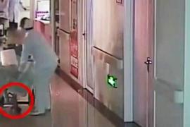 Muere un bebé tras el despiste de las enfermeras que lo arrastraron por el suelo