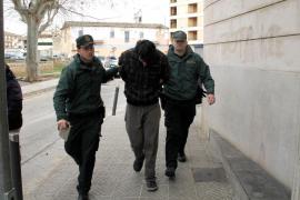 Joven atrincherado en Alcúdia