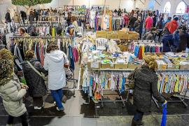La Feria de Stocks de Sant Antoni atrae a residentes y visitantes en busca de un «chollo»