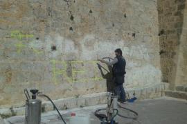 Eliminan la pintada realizada por unos vándalos en la muralla de Eivissa
