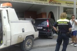 Un turismo acaba empotrado en un escaparate de Vila