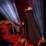 Madonna se cae durante su actuación en los Brit Awards