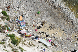 La basura vuelve a Sa Penya un mes después de su limpieza