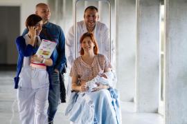 VÍDEO: Mario, el último bebé del antiguo Can Misses y su madre la primera paciente del nuevo hospital