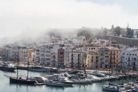 Eivissa desaparece bajo la niebla