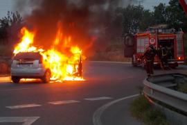 Arde un vehículo en la rotonda de Gesa