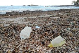 El temporal deja al descubierto un vertedero en la playa de ses Figueretes