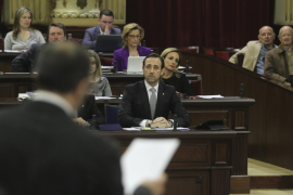 El PP no logra reducir en 16 el número de diputados del Parlament