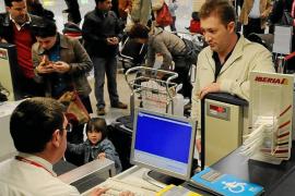 Críticas al Govern por anunciar que los billetes aéreos son más baratos