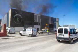 Un incendio ha calcinado el techo del gimnasio Posidonia
