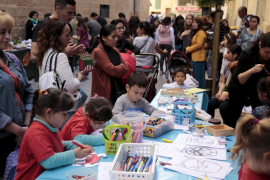 Fiesta en la calle del colegio Sant Felip Neri