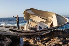 Un velero acaba hundido en la orilla de Port des Torrent