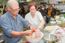 Tradición e innovación van de la mano en el curso de cocina ibicenca del Consell