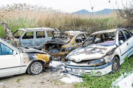 Un incendio en ses Feixes de Vila destruye cinco vehículos y arrasa 1.500 m2  de cañaveral