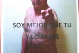 Un candidato del PSOE se desnuda en los carteles cubierto con una rosa